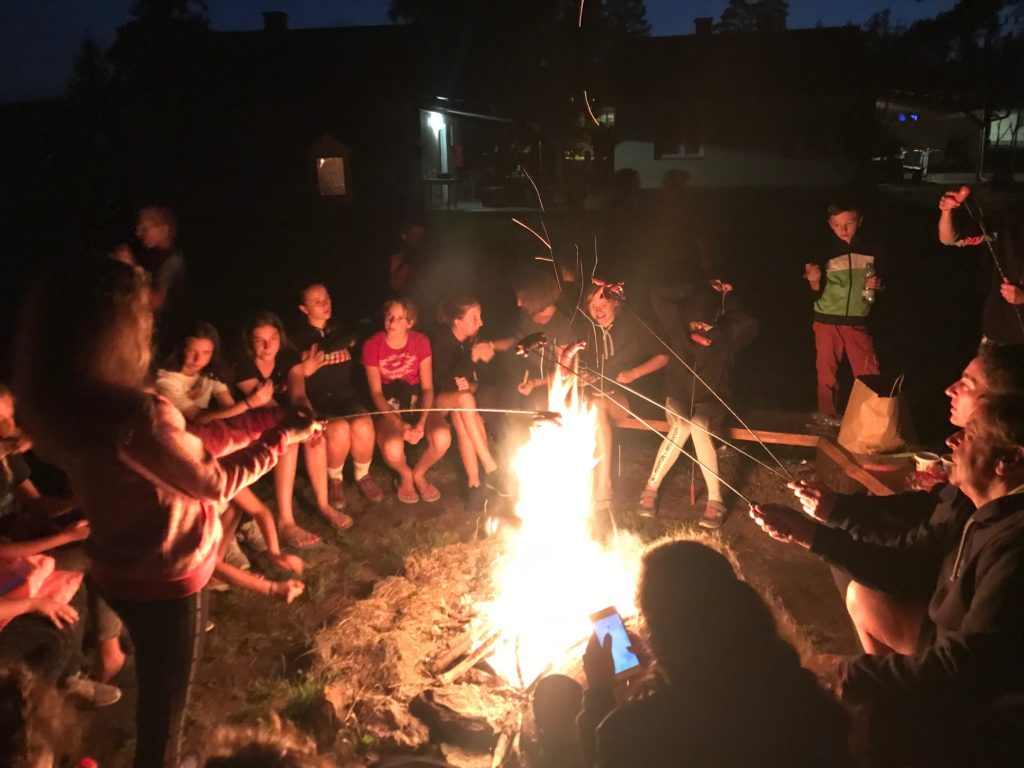 Poslední večer byl táborák s kytarou.